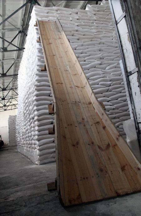 Склады заводов доверху забиты сахаром.