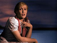 Любовь Орлова в раскрашенной «Волге-Волге» сверкает своими серо-голубыми глазами.