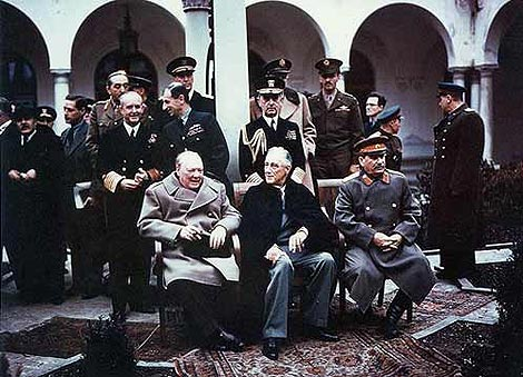 Сталин, Рузвельт и Черчилль в Ялте 9 февраля 1945 года. За тем, как делали этот знаменитый снимок, облетевший весь мир, официантка Женечка наблюдала из окон второго этажа.