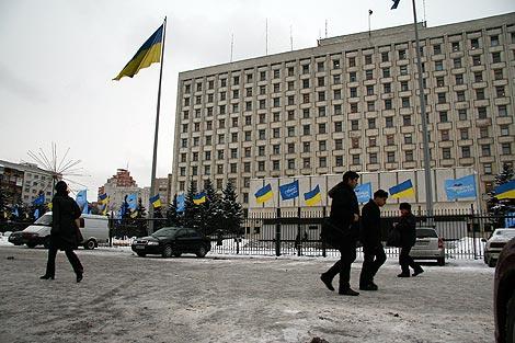 Вчера под ЦИКом было немноголюдно, но уже сегодня возле здания появятся кордоны внутренних войск.