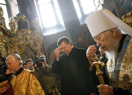 В субботу лидер ПР отстоял молебен, который провел митрополит Владимир. Фото пресс-службы ПР.