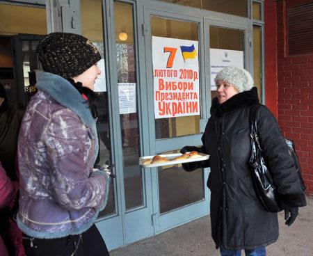 В Донецке избирателей угощали вкусной выпечкой.