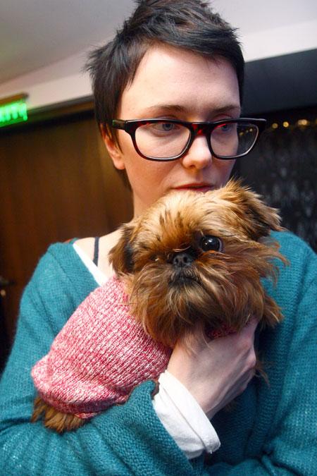 Литковская с трудом уговорила любимицу Нонну натянуть свитерок.