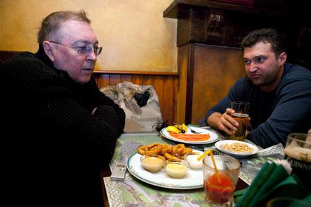 Неформальная обстановка сделала свое дело. Оба эксперта - Дмитрий Выдрин (слева) и Алексей Голобуцкий - непринужденно дискутировали, сделав под конец главный вывод: «закручивать гайки» никто не будет.