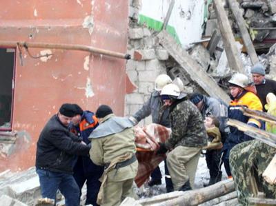 Спасенные из-под обломков жильцы сейчас находятся в больнице.