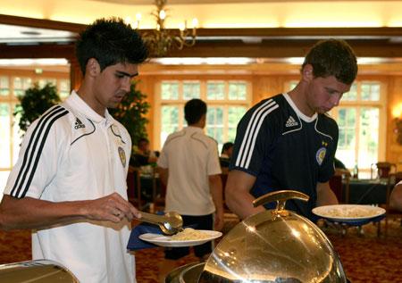 Защитник «Динамо» Алмейда (слева) и вратарь Александр Рыбка на аппетит не жалуются.