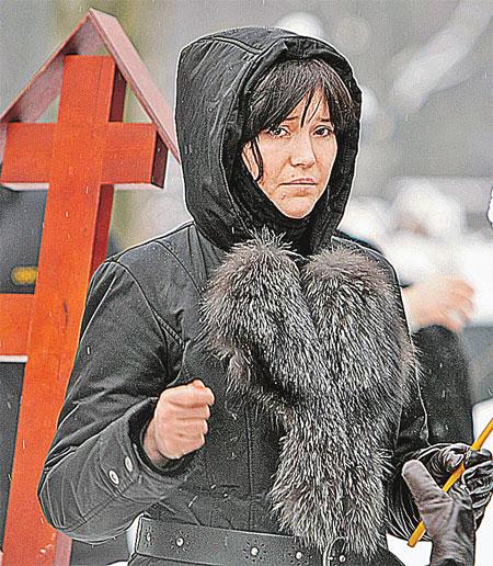 Дочь знаменитой актрисы стойко держалась, но под конец церемонии расплакалась.
