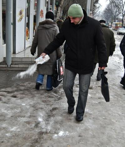 Горожанам приходится самим посыпать себе дорогу солью.Фото Ирины МАКУШИНСКОЙ.