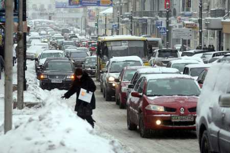 Нелегко было и водителям, и пешеходам... Фото Артема ПАСТУХА.
