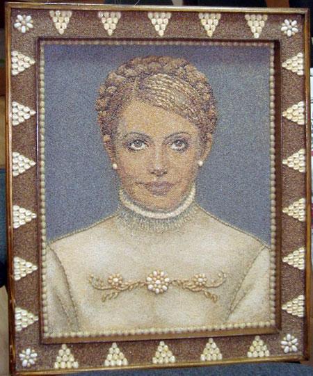 Этот портрет Тимошенко сделан из семян и выглядит хоть и не очень похоже, но весьма солидно.