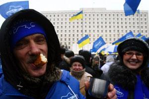 Многие демонстранты подкрепляются прямо на площади.