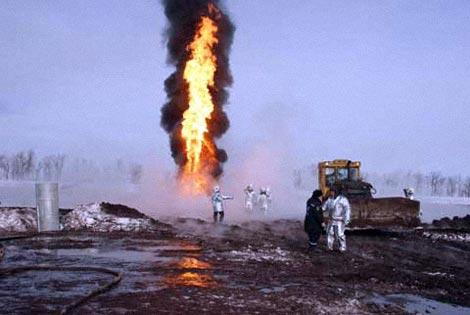 Пламя из-за пульсации давления нефтегазовой смеси то спадает, то вновь растет. Фото пресс-службы ГУ МЧС Росиии по Оренбургской области.