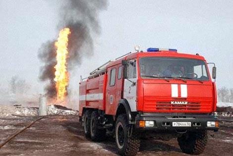 В ликвидации огня принимают участие около 80 пожарных. Фото пресс-службы ГУ МЧС Росиии по Оренбургской области.