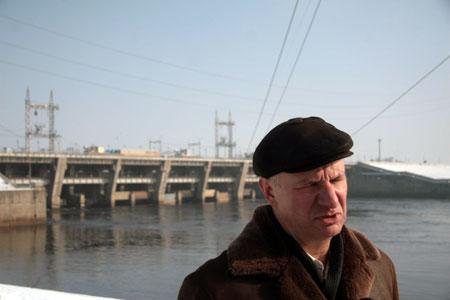 Главный гидротехник каскада Киевской ГЭС Олег Урманов уверен: дамба с напором большой воды справится.