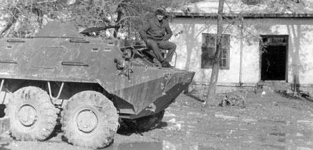 Разведчик на БТРе возле гостиницы, где жили советские сотрудники.