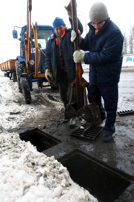 В руках корреспондента «КП» щуп, которым чистят ливнестоки.