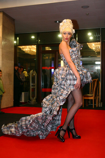 Ольга Полякова на церемонию явилась в образе придворной дамы французского короля, волоча за собой длинный шлейф платья… из клеенчатых базарных сумок.