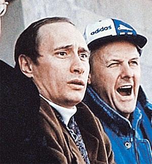 Мэр Питера вместе со своим замом Владимиром Путиным болеют за «Зенит». Ноябрь 1994 г.