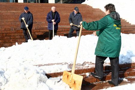 Возле Украинского дома трудилось несколько бригад коммунальщиков.