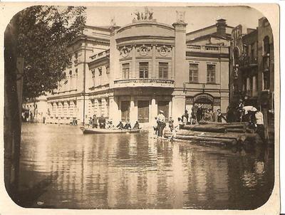В апреле 1907 года Днепр прорвал Амурскую плотину, и люди передвигались по городу на лодках.