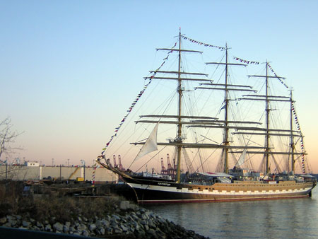 «Крузенштерн» стоит сейчас в порту Ванкувера.