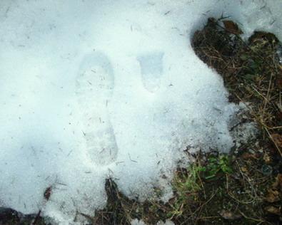 Детский след (справа), слева - для сравнения - след от ботинка взрослого человека