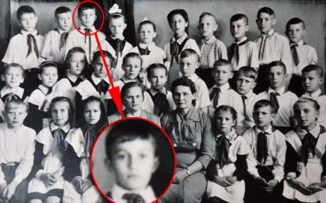 Первоклашку Витю Януковича его первая учительница полюбила как сына.