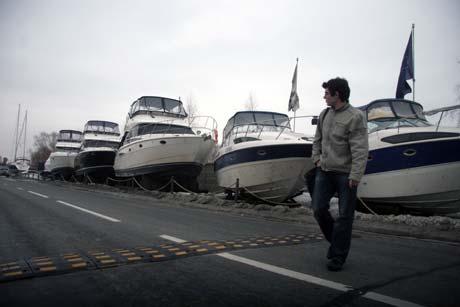 Эти шикарные яхты продают в ста метрах от дома Черновецкого.