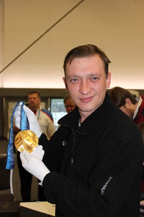 Как выяснил наш журналист, если сдать полукилограммовую золотую медаль по цене лома, то она потянет на 500 долларов. Дело в том, что награда отлита из серебра и лишь покрыта золотом. Фото Леонида ВЕСЕЛКОВА.