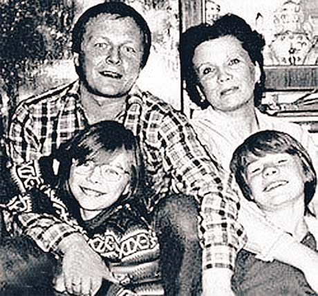 Борис Галкин был для Влада и отцом, и лучшим другом. На фото счастливая семья Галкиных: глава семьи Борис, мама Елена и дети - дочь Мария и сын Владислав.