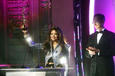 Ла Тойя Джексон приняла из рук Бориса Ложкина премию - знак памяти о ее легендарном брате.