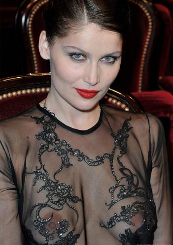 Прозрачная блузка сумермодели не скрывала ее прелестей.