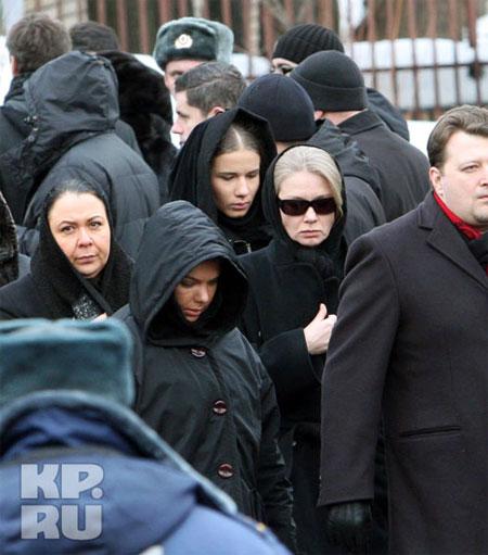 На похороны Влада пришла его бывшая жена Дарья Михайлова (в темных очках).