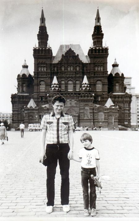 Мирон со старшим сыном Остапом. Мальчик уже вырос и работает на таможне.