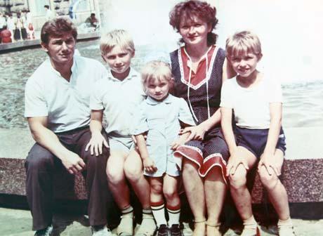 Семейство Савченко: отец Валентин, мать Нина и два брата. Все, кроме Алены, живут в Украине.