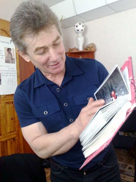 Отец Алены - Валентин Иванович с нежностью рассматривает детские фотографии дочери.