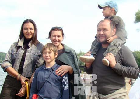 Юрий Степанов с женой (на фото слева), племянницей и двумя сыновьями. Фото из архива «КП».
