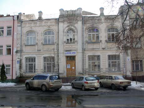 Отсюда на головы киевлянок свалился обломок стены.