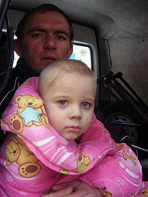 Спасенный кроха-Владик и его спаситель Сергей Лищина.