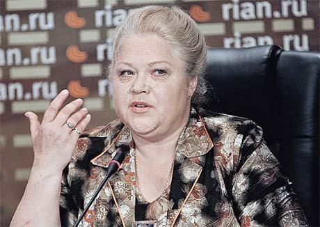 Помощница певицы Татьяна Свинкова чувствует себя на пресс-конференциях не менее уверенно, чем когда-то сама Зыкина.