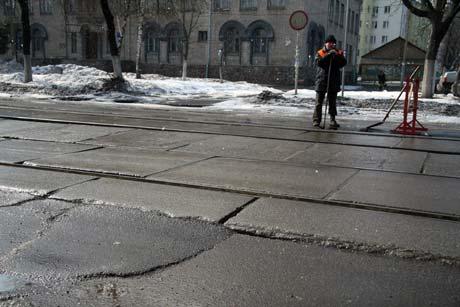 Заасфальтировав ее, дорожные рабочие продолжили ремонт.