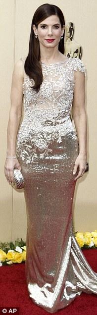 Сандра Буллок пришла на церемонию в сверкающем винтажном платье. Фото: АП