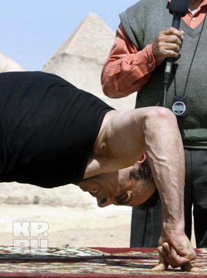 Рекордсмен на фоне пирамид в Гизе. Фото: АП.