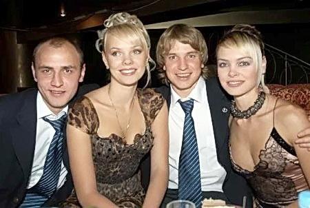 Супружеские пары Назаренко (Сергей и Анна - на «флангах») и Ротаней (в центре) отметили праздник по-домашнему.