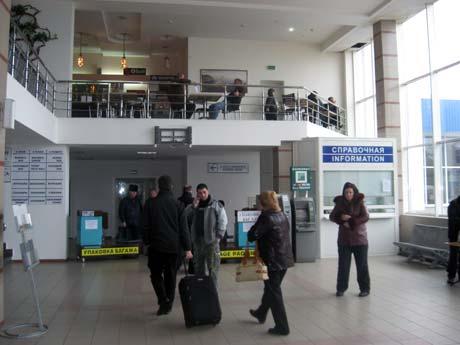 В здании аэропорта пассажиры провели более 10 часов в ожидании рейса. Фото Антонины ТУРОВСКОЙ.
