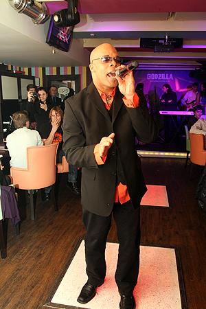 Экс-солист Milli Vanilli Рэй Хортон спел для гостей «Годзиллы» бесплатно.