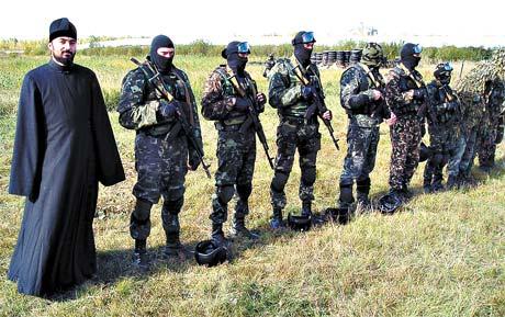 И у спецназовцев «Барса» есть свой священник. Виктор Яценко сопровождает бойцов даже в походах, проводя литургию в палаточном храме.