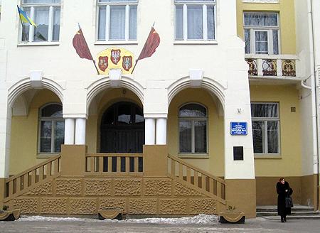 Панно «Речь Посполита трех народов» находится на фасаде школы.