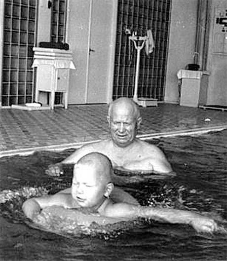 Хрущев с внуком Никитой в бассейне (1960 год, госдача №1).