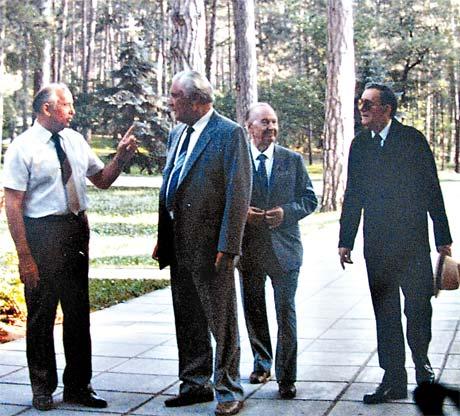 Михаил Горбачев на прогулке возле дачи «Заря» в Форосе.